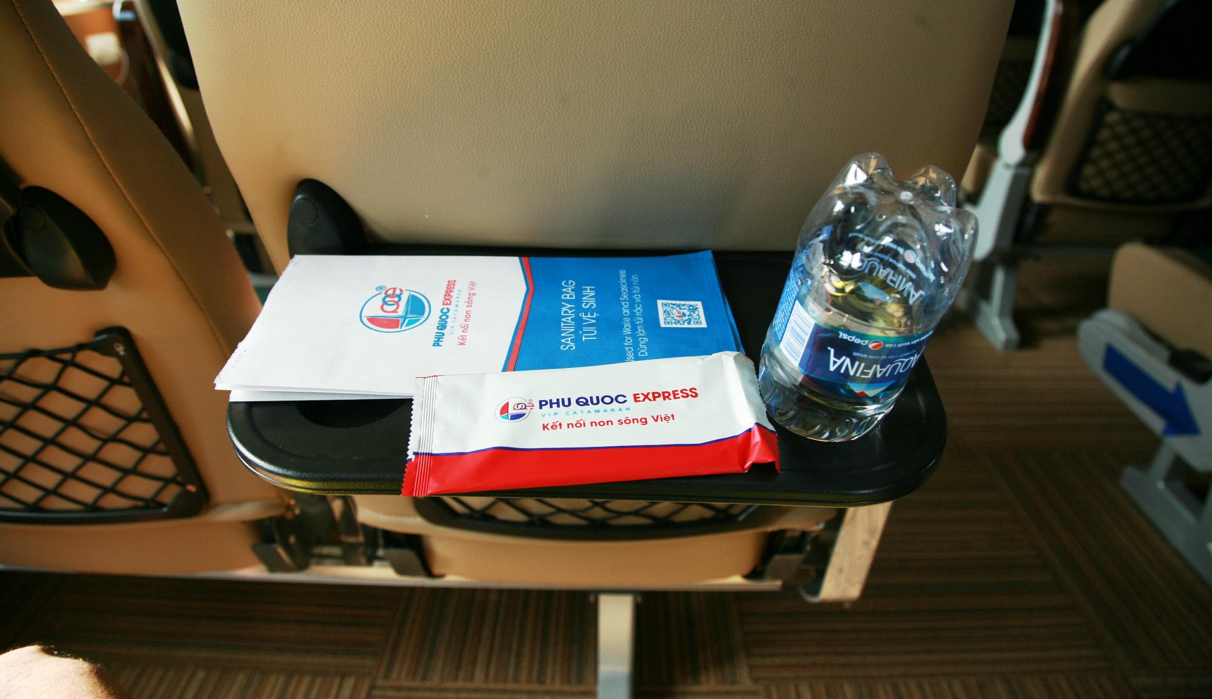 Túi vệ sinh, khăn và nước uống trên tàu cao tốc Phú Quốc Express
